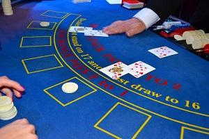 Tafelspellen met kaarten (blackjack)